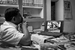 Bild 2: Pushparayan muss die Bestattung seines Vaters am PC verfolgen - Amirtharaj Stephen 13.12.2013 -